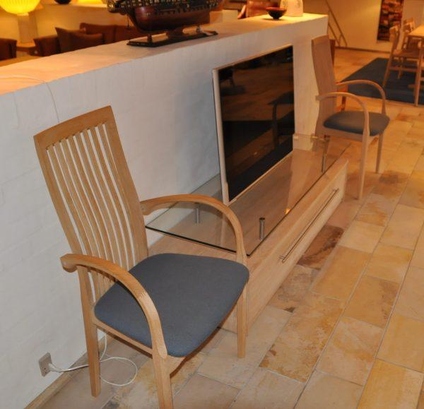 Spisebord eg massiv med 2 armstole og 6 spisestole